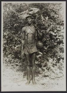 Un chasseur de potamochères armé de lance et de couteaux d'abatis