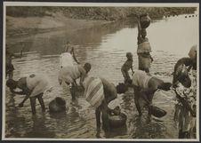 A la rivière, à 15 kms ouest de Bobo-Dioulasso, Haute-Volta