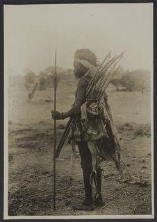 Chasseur kasséna et ses gris-gris, Po, Ouagadougou, Haute Volta