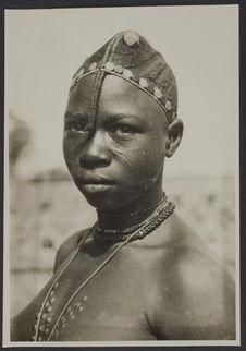 Coiffure (boussanse) de femme non mariée, Bam, Ouahigouya, Haute Volta