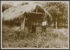 Mission IFAN Dekeyser-Holas au Libéria en 1948 [homme devant une construction]