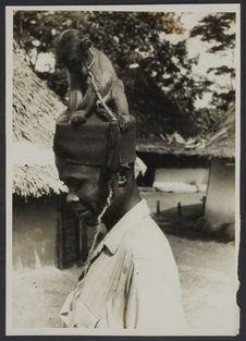 Homme (profil) surmonté d'un petit chien. Mission IFAN Dekeyser-Holas au Libéria...