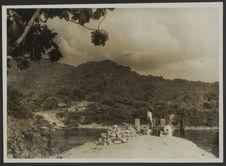Mission IFAN Dekeyser-Holas au Libéria en 1948 [Hommes avec des charges]