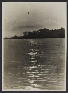 Mission IFAN Dekeyser-Holas au Libéria en 1948 [Rivière et forêt en arrière...
