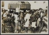 Défilé des sièges sacrés devant les chefs agnis, Fêtes des ignames, Abengourou,...