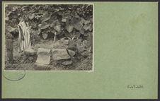 Sans titre [vue d'un homme debout devant une tombe]