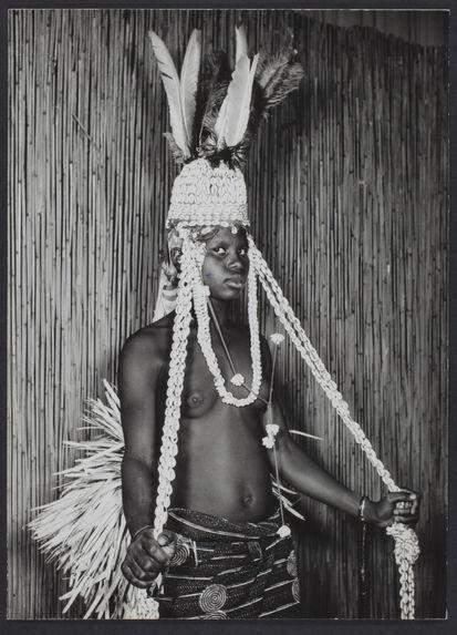 Sans titre [femme en costume de cérémonie, coiffe en plumes et cauris]