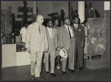 Sans titre [des hommes et une femme visitent le musée de la Côte d'Ivoire]