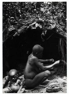 La vieille Kolé, une pygmée prépare des fibres