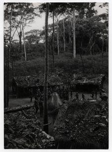 Le campement des pygmées Bangombé pendant la danse d'Edzingui