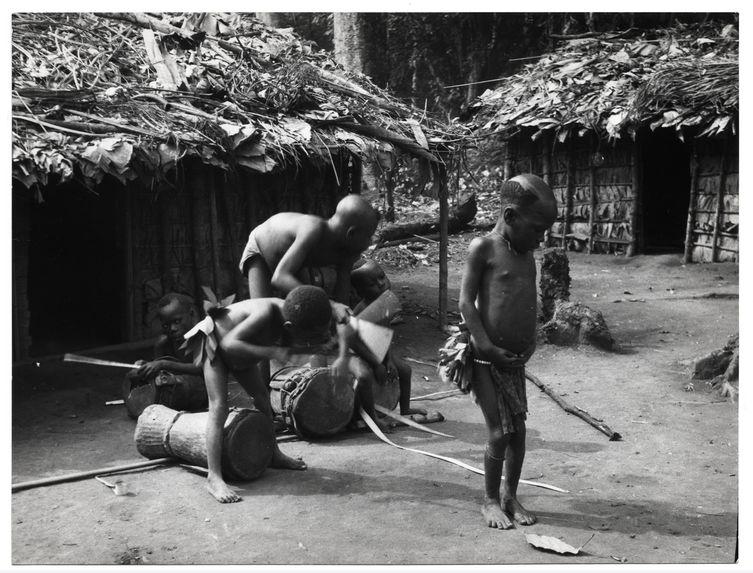 Enfants s'exerçant à jouer du tambour