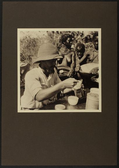 Charles Emile Thiébaud préparant de l'Ovomaltine