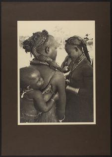 Sans titre [portrait de deux femmes dont l'une porte un enfant]