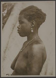 Femme mina vue de profil. Athiémé, Dahomey