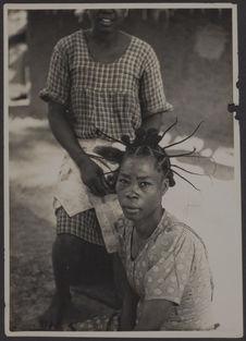 Séance de coiffure. Yaoundé, Cameroun