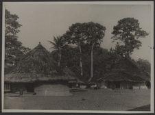 Sans titre [village de constructions circulaires à toit conique en bordure de la...