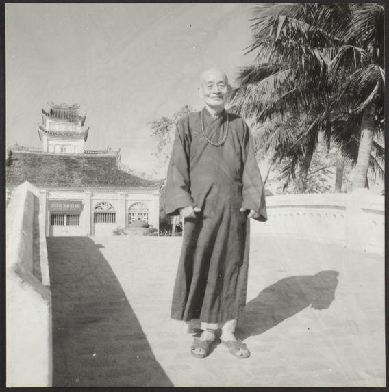 Sans titre [portrait d'un moine bouddhiste vietnamien sur un pont]