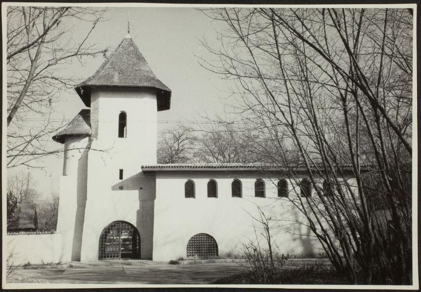 Vue d'une église du musée du village de Bucarest