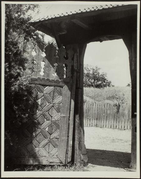 Vue d'un portail au musée du village de Bucarest