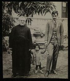 Sans titre [portrait du Dr Vellard en compagnie de sa fille adoptive et d'un...