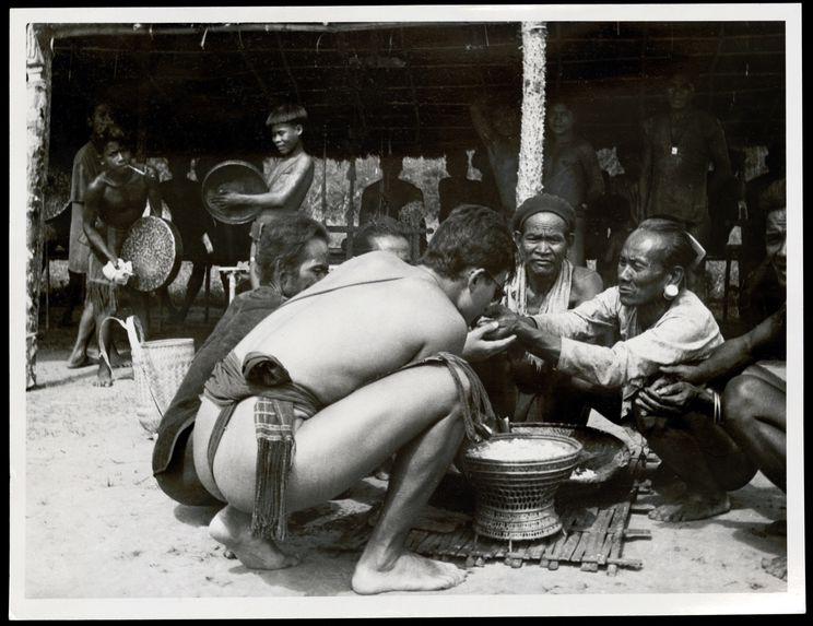 Georges Condominas lors du sacrifice du buffle