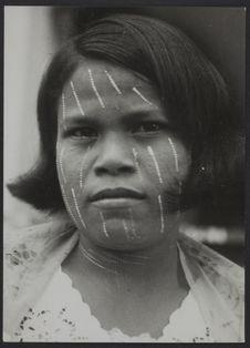 Sans titre [portrait d'une jeune femme au visage peint de blanc]