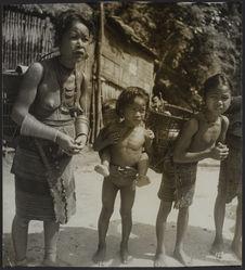 Portage [?] garçon [femme et petite fille portant des paniers et petit garçon...