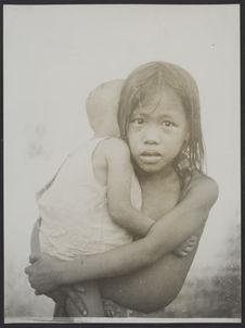 Enfants Moys [petite fille portant un bébé]
