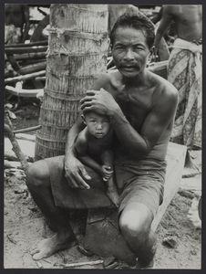 Cambodgien et enfant. Petit village de Bang [?] Oriental