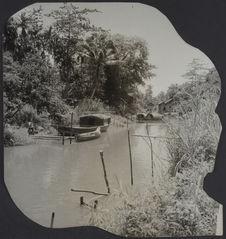 Siam Réap. Sampan à gauche. Rivière dans la forêt d'Angkor