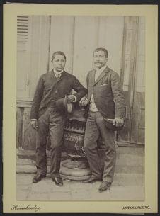Sans titre [Portrait Prince Rakotomena aux côtés d'un autre membre de la famille...