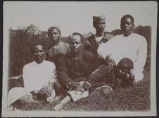 Sans titre [Cinq Malgaches adultes et un enfant posant assis dans l'herbe]