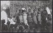 Sans titre [concours de beauté à Tsiombé, en 1901, extrême-sud de Madagascar. A...