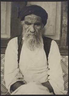 Sans titre [Portrait de face d'un vieil homme barbu]