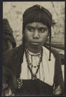 Sans titre [Portrait de face d'une femme]