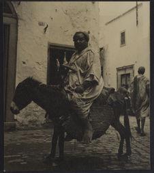 Sans titre [Portrait de profil d'un homme assis sur un âne]
