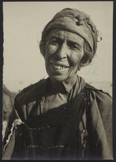 Sans titre [Portrait de face d'une femme âgée et souriante]