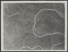 Sans titre [vue aérienne d'un cours d'eau serpentant dans la savane]