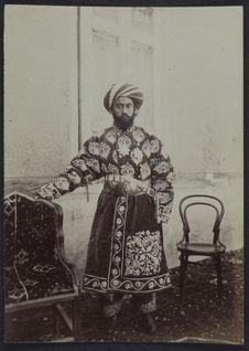 Bey de Tchardjoui [portrait d'un homme richement vêtu]