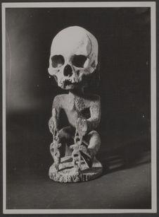 Nouvelle Guinée [sculpture avec la partie supérieure d'un crâne humain]