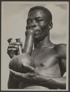 Fumeur de pipe Basala Mpasu