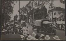 Défilé du cortège royal avenue Mouhot  à Phnom Penh (Les canons 75)