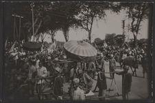 Défilé du cortège royal de S.M. Monivong près du pont de Verneville à Phnom Penh