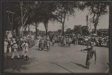 Défilé du cortège de S.M. Monivong près du pont de Verneville à Phnom Penh. (Les...