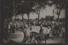 Défilé du cortège de S.M. Monivong près du pont de Vernéville à Phnom Penh. (Le...