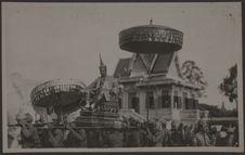 S.M. Monivong quitte le Palais Royal en chaise à porteurs pour défiler dans...