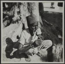 Pondichéry. Musulman charmeur de serpents jouant du Moug'di