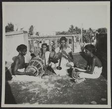 Pondichéry. Orchestre de Molankaré assis. Musiciens de mariage