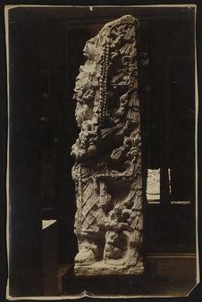 Sans titre [moulage de la stèle H du site maya de Copan]