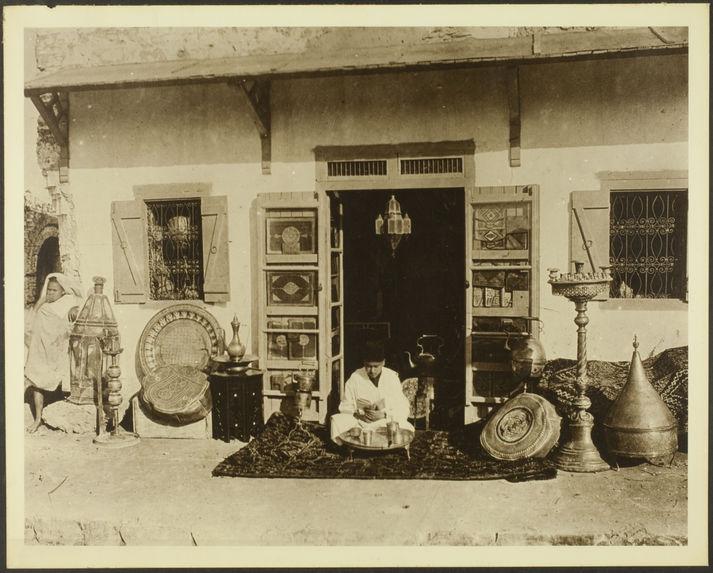 Ancien élève de l'école musulmane d'Ouezzan dans son magasin